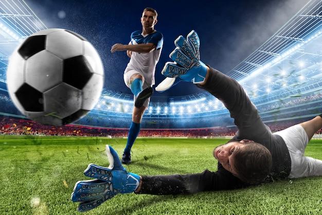 El portero patea la pelota en el estadio durante un partido de fútbol.