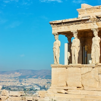 El pórtico de las cariátides en la acrópolis de atenas, grecia