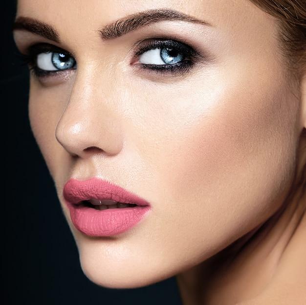Portrat primer plano de glamour sensual hermosa mujer modelo dama con maquillaje diario fresco con labios de color rosa puro y cara de piel limpia y saludable