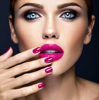 Portrat primer plano de glamour sensual hermosa mujer modelo dama con maquillaje diario fresco