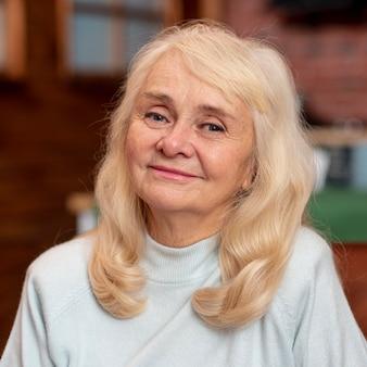 Portriat hermosa mujer senior