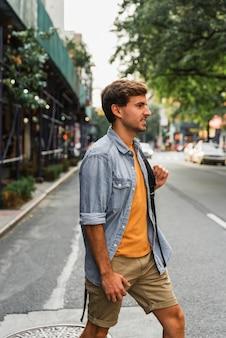 Portriat hombre guapo en la ciudad caminando