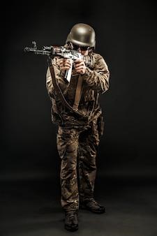 Posando hombre del servicio armado apuntando
