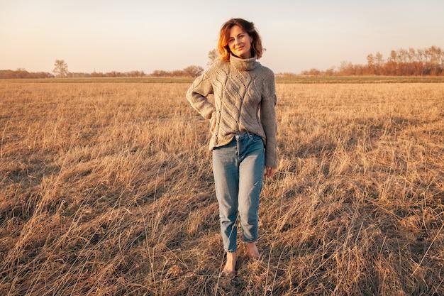 Posando mujer en la naturaleza