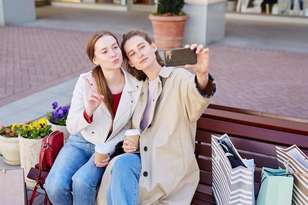 Posando para selfie con amigo