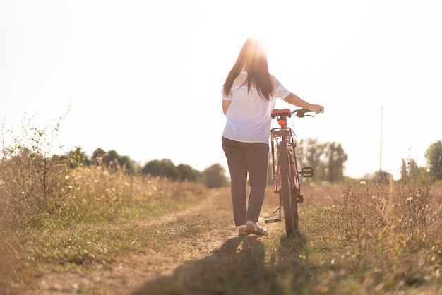 Posibilidad muy remota de un hombre joven y una bicicleta