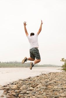 Posibilidad muy remota de un hombre joven que salta en el aire