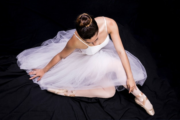 Posición de la bailarina sentada alto ángulo