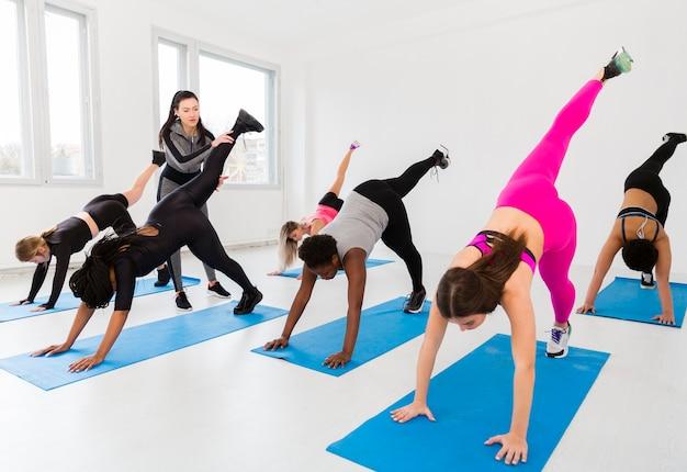 Posición de clase de fitness de alto ángulo
