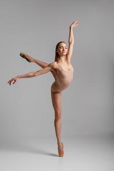 Posición difícil de bailarina de tiro completo