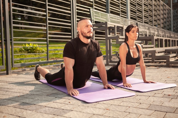 Posición de estiramiento completo en colchoneta de yoga