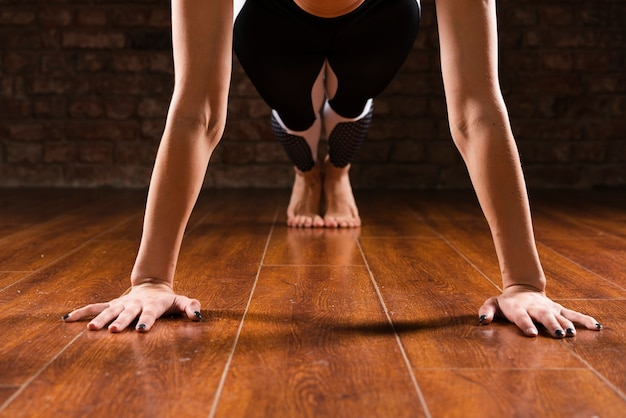 Posición de flexiones de mujer de primer plano