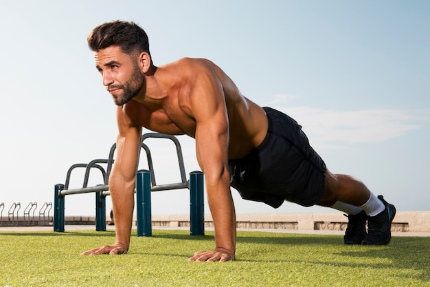 Posición de pie lista para ejercicios de flexiones