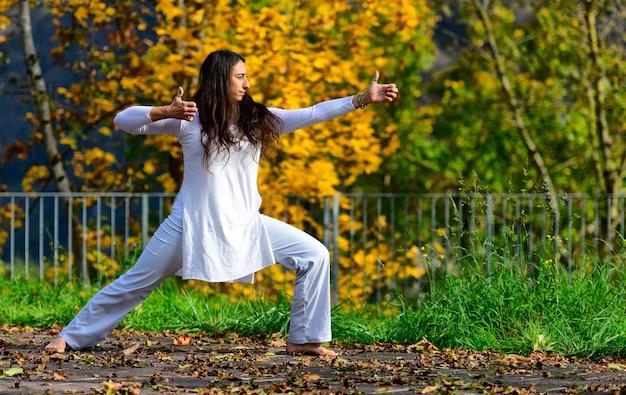 Posiciones de brazos y manos de yoga practicadas en el parque