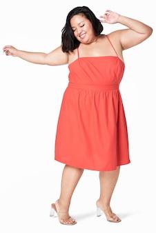 Positivo cuerpo vestido rojo feliz plus size modelo posando