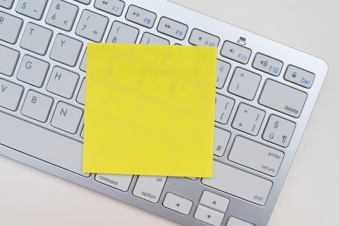 Post-it en un teclado