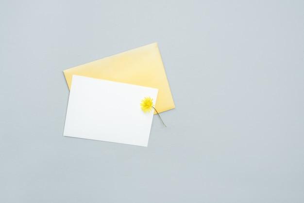Postal blanca con una hoja de texto con una flor amarilla con una inscripción. contenido de vacaciones