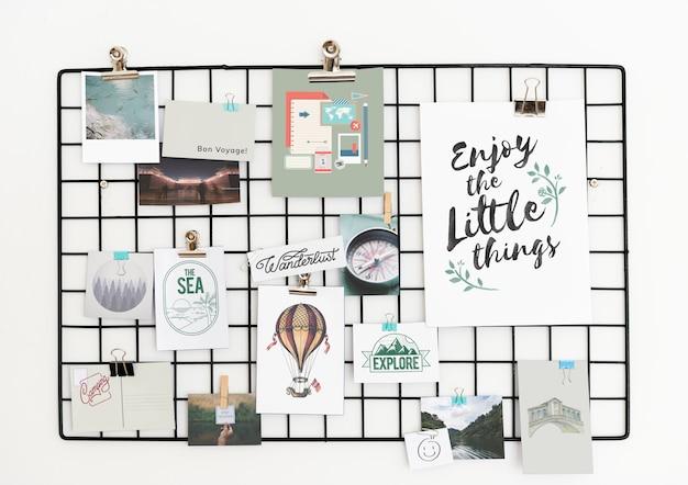 Postal e imágenes en un estante contra una pared blanca