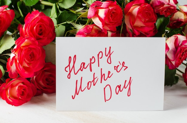 Postal feliz del día de madre con las rosas del ramo.
