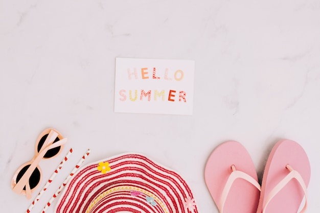 Postal hola verano con accesorios de playa.