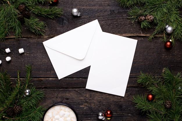 Postal sobre un tema navideño en una mesa de madera con un árbol de navidad y adornos.