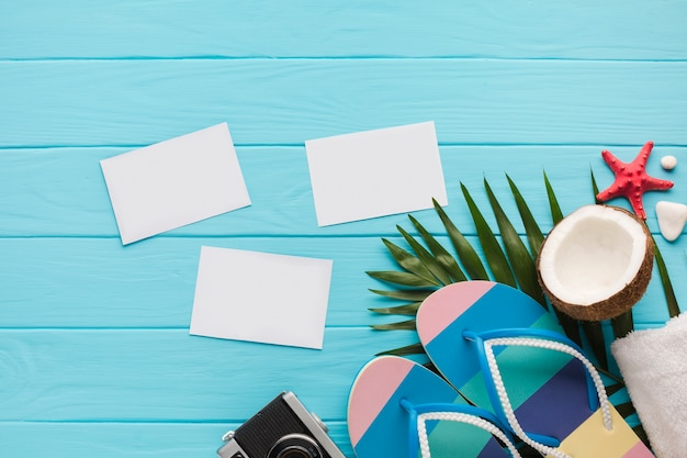 Postales planas con accesorios de playa.