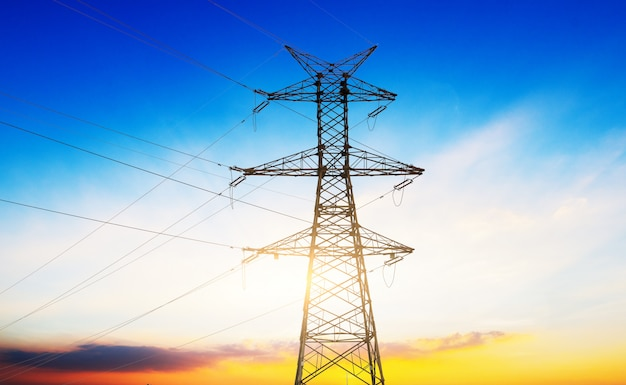 Poste de alto voltaje o torre de alto voltaje