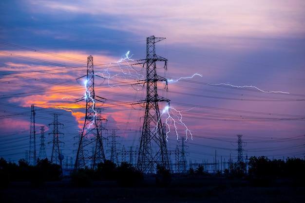 Poste eléctrico de alta resistencia en la central.