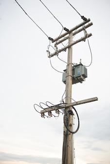 Poste eléctrico con fusible y cable.