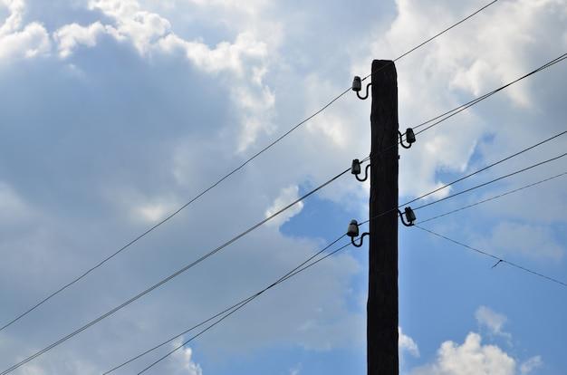 Poste eléctrico de madera viejo para transmisión.