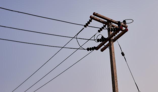 Poste eléctrico con potencia de transmisión.