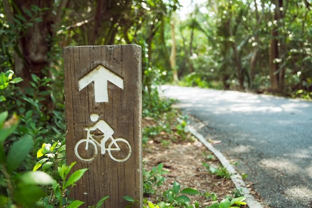 Poste indicador del carril de la bici con la dirección de conducción de la flecha.