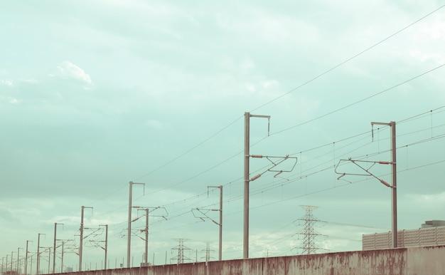 Postes de electricidad de la calle alineados en la carretera con un hermoso cielo azul en segundo plano.