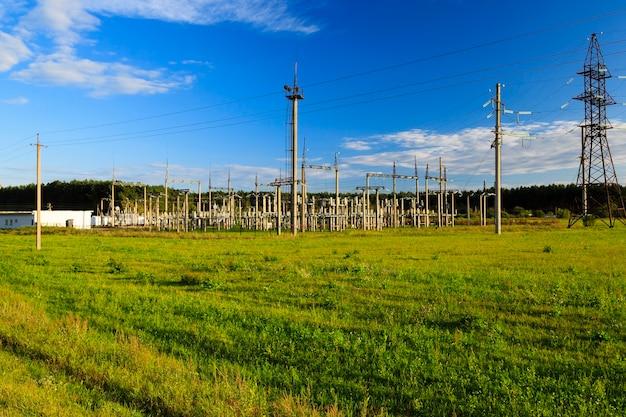 Postes eléctricos fotografiados ubicados en el campo fuera de la ciudad