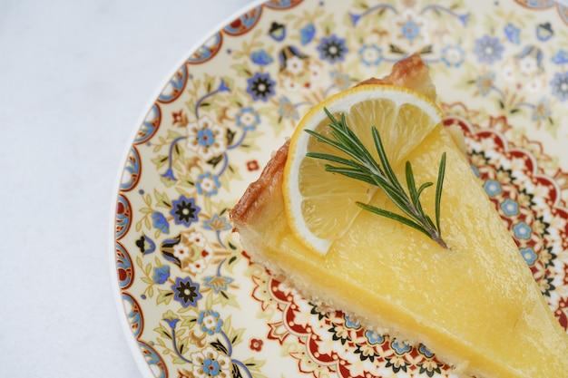 Postre agrio de limón, cortado en rodajas, listo para comer en restaurantes