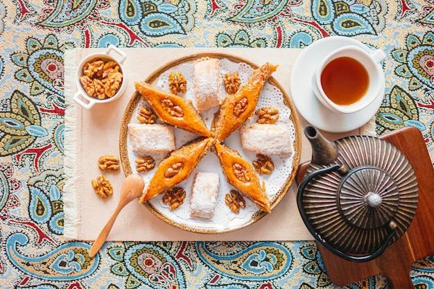 Postre árabe tradicional baklava con anacardo, nueces y cardamomo con eucalipto