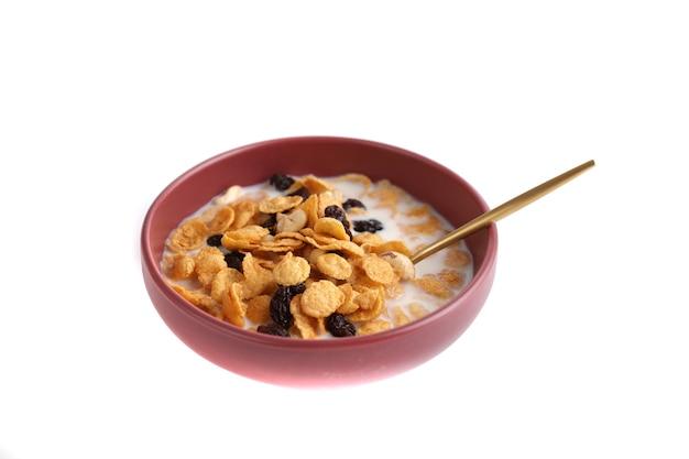 Postre de cereales con avena de maíz y frutos secos aislado en fondo blanco.