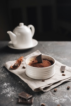 Postre de chocolate alce con granos de café en la encimera de la cocina