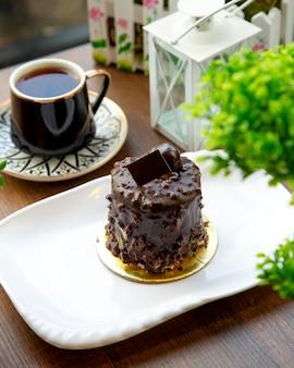 Postre de chocolate sobre la mesa