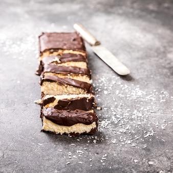 Postre de coco de chocolate casero crudo.