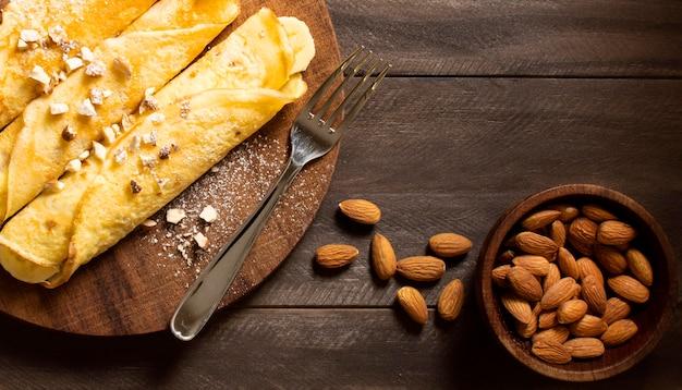 Postre de crepe de invierno delicioso con almendras