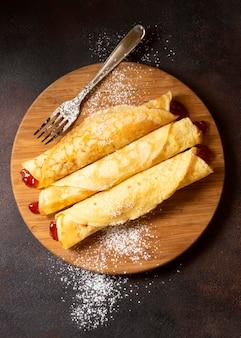 Postre de crepe de invierno delicioso envuelto con mermelada