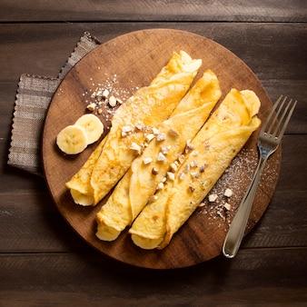 Postre de crepe de invierno delicioso con plátanos