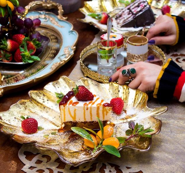 Postre cubierto con caramelo y fresas