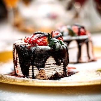 Postre cubierto con chocolate y fresa