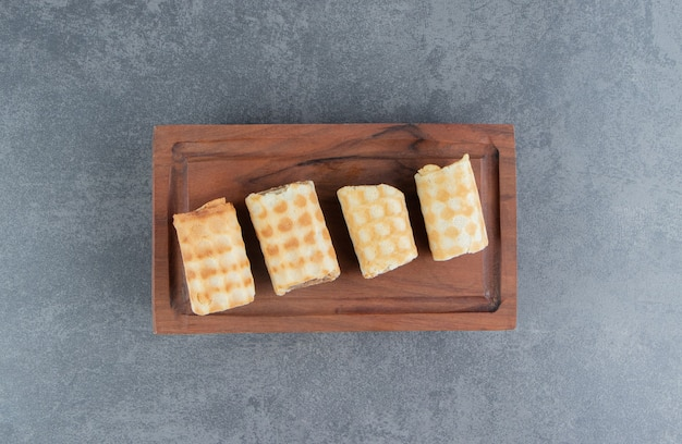 Postre dulce con crema batida sobre una tabla de madera