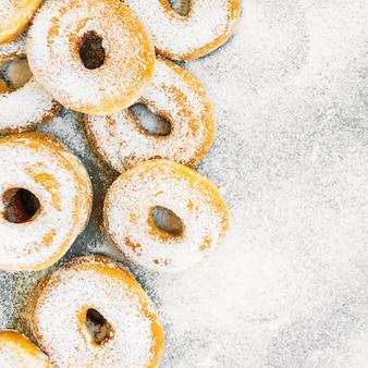 Postre dulce con muchas rosquillas.