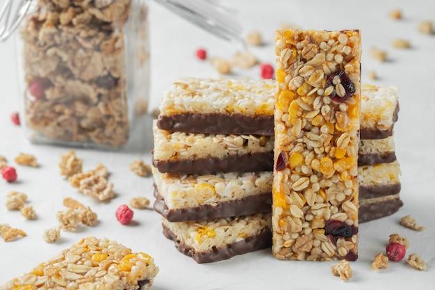 Postre dulce saludable merienda. barra de granola de cereales.