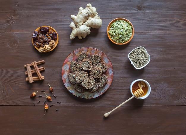 Postre dulce de semillas de cáñamo. ingredientes para hacer rollos de superfood en una mesa de madera marrón.