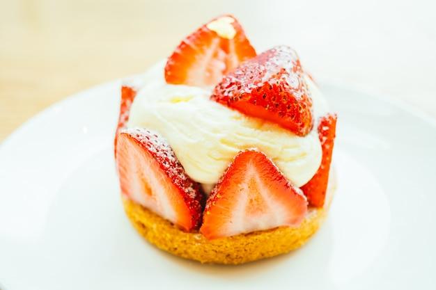 Postre dulce con tarta de fresa